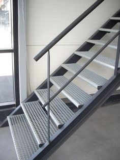 Escalier métallique droit sur limons collatéraux, marches en caillebotis. Acier. Art Métal Concept Quimper.