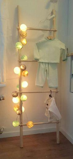 decoratie ladder gemaakt van twee bezemstelen en een dunnere ronde lat.