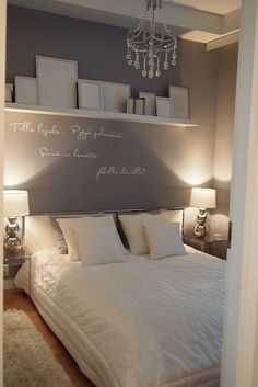 Quarto de casal com parede de fundo cinza e escrito branco ~ 50 quartos de casal Dream Bedroom, Home Bedroom, Bedroom Decor, Bedroom Furniture, Bedroom Lighting, Modern Bedroom, Bedside Lighting, Linen Bedroom, Accent Lighting