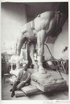 Henri Manuel- Le sculpteur Antoine Bourdelle dans son atelier de Montparnasse avec le groupe équestre du général Alvear, vers 1920.