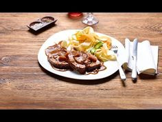 Ein Rollbraten ist ein Braten mit dem gewissen Etwas. Dieses Etwas rollen wir eigenhändig in den Braten. In unserem Fall ist das eine feine mediterrane Füllung aus Oliven und getrockneten Tomaten. Olives, Meat Recipes, Make It Yourself, Breakfast, Happy, Roti Recipe, Pranks, Pork, Dried Tomatoes