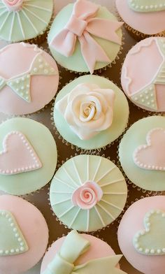 pretty rose cupcakes Little flower girl cupcakes Wedding Cake .Cupcakes instead of cake! Like the idea and these are pretty too cake Pretty Cupcakes, Beautiful Cupcakes, Green Cupcakes, Flower Cupcakes, Yummy Cupcakes, Cupcake Art, Cupcake Cookies, Cupcake Toppers, Vintage Cupcake