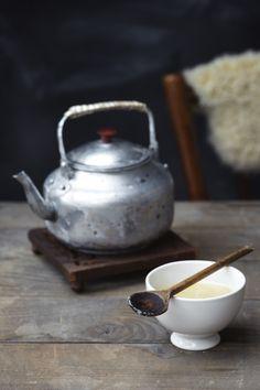 Klasyczny, prosty czajnik, drewniana deseczka i porcelanowa czarka
