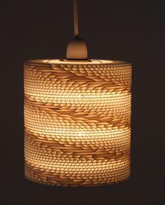 Elica è un moderno lightshade ciondolo camera fabbricati a partire da fogli di polipropilene scanalate, tagliato al laser a formare e assemblato a mano per creare un modello ad elica per dare una fonte di luce particolare.