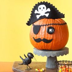 Our favorite no-carve Halloween pumpkin craft projects have all the kid-friendly fun of a Halloween jack-o-lantern, without the mess! Pirate Halloween, Fete Halloween, Easy Halloween, Halloween Pumpkins, Halloween Crafts, Halloween Decorations, Pumpkin Decorations, Halloween 2016, Pirate Pumpkin