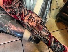 großes biomechanik tattoo, biomechanische tätowierung am bein