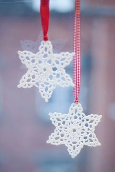 sweet snowflake perfection--pic onlyHmmm, do I have time to replace my papercut snowflakes with these before Christmas.probably not, with a newborn and an almost 4 year-old on my hands!Curating the very best crochet. Crochet Snowflake Pattern, Crochet Stars, Crochet Motifs, Christmas Crochet Patterns, Crochet Snowflakes, Christmas Snowflakes, Crochet Flowers, Christmas Angels, Crochet Angels
