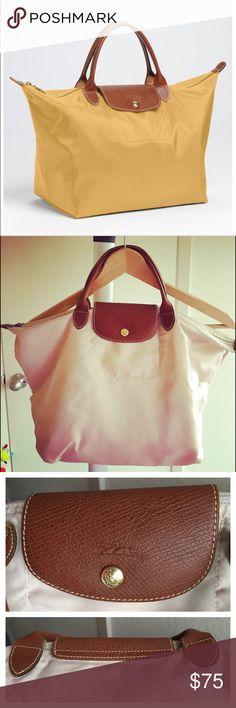 🦋MONDAY SALE🦋Longchamp - 'Medium Le Pliage' Tote Light Beige Longchamp 'Medium Le Pliage' Tote - Medium Size - In good condition🍩👌🏻 Longchamp Bags