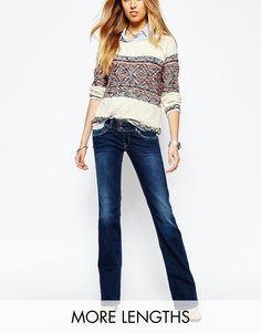 Jeans mit Schlag von Pepe Jeans festes Stretch-Denim niedrige Bundhöhe Reißverschluss mit doppeltem Knop klassischer Fünf-Taschen-Stil ausgestellte Passform - gerades Bein und Schlag am Knöchel Maschinenwäsche 92% Baumwolle, 6% Polyester, 2% Elastan Model trägt UK-Größe 8/EU-Größe 36/US-Größe 4 und ist 178 cm (5 Fuß 10 Zoll) groß
