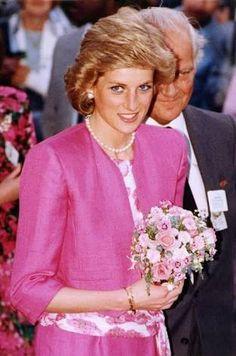pictures of princess diana Princesa Diana, Rose Queen, Princess Diana Pictures, Diana Fashion, Camilla Parker Bowles, Hm The Queen, Lady Diana Spencer, Now And Forever, British Monarchy