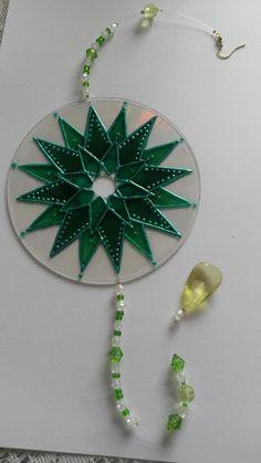 Mandala de cd reciclado e miçangas. Para venda.