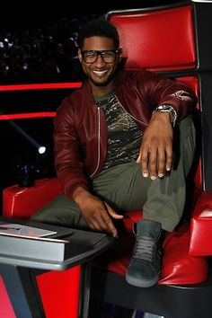 - Season didn;t know much about Usher until I watched him this season. Now I am a BIG fan! Usher Fashion, Usher Songs, The Voice Live, Hip Hop Bands, Usher Raymond, Actress Priyanka Chopra, Louis Vuitton Luggage, Cute Black Guys, Music Love