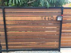 Diy Privacy Fence, Privacy Fence Designs, Diy Fence, Backyard Fences, Driveway Fence, Modern Wood Fence, Wood Fence Design, Wooden Fence Gate, Metal Fence