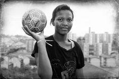 Mulheres e futebol: 'Busquei uma narrativa em que o futebol tivesse uma ação social na vida das mulheres, e foi na Parada de Taipas, bairro pobre no extremo Norte de São Paulo, ao pé da Serra da Cantareira, que convivi um ano com essas vinte meninas', conta a fotógrafa Mônica Zarattini