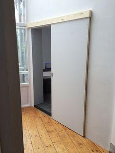 een schuifdeur voor ruimtebesparing Partition Door, Window Bed, Flat Ideas, Garage House, Cabin Homes, Bathroom Inspiration, Windows And Doors, Sliding Doors, Home Organization