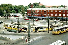 Sundbyvester Plads er stadig benyttet som trafikalt knudepunkt på Amager. I mange år var der endestation og sløjfe for Amagerbrogades sporvogne og holdeplads for Amagerbanens busser. Billedet viser pladsen omkring 1965, hvor Hovedstadens Brugsforening stadig holdt til på hjørnet af Gerbrandsvej.