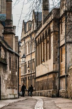 Again, looking at Brasenose Lane in Oxford, you can tell why prestige people from upper classes go to Oxford university because the place has so much culture and is so dated in a beautiful way. Oxford England, England Uk, Cornwall England, Yorkshire England, Yorkshire Dales, Travel England, London England, Oxford City, Oxford Shoes