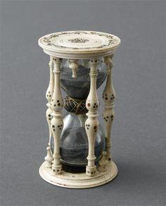 Přesýpací hodiny * malované a zdobené podstavce a sloupy ze slonoviny, skleněné baňky s černým pískem s časomírou 60 minut.