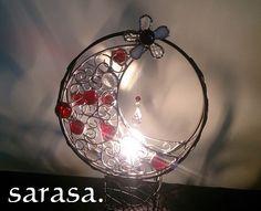 月をイメージして制作したステンドグラスのランプ♪赤いガラス玉とワイヤーを使い個性的で情熱な~オリジナル溢れるランプ反射されて壁に映し出られた光がワイヤーの影と...|ハンドメイド、手作り、手仕事品の通販・販売・購入ならCreema。