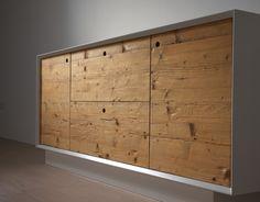 MADIA ABETE ANTICHIZZATO struttura in legno laccato bianco, ante in abete antichizzato e oliato.