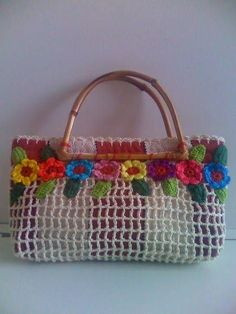 Bolsas confeccionadas em tecido de tear manual, com aplicação de crochet e aro de bambu. Tamanho: Pequeno. Caso deseje algum modelo diferente dos expostos, contactar-nos por email. *Dimensões aproximadas. R$ 50,00