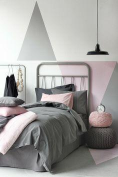 Leuke poefs en combinatie grijs/roze.