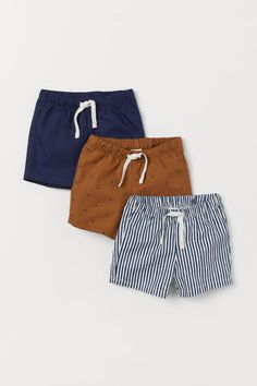Discover a wide selection of clothes for baby boys and toddlers at H&M, with a range of comfortable, practical options in fun prints and colours. Boys Summer Outfits, Baby Boy Outfits, Kids Outfits, Baby Boy Fashion, Kids Fashion, Toddler Boys, Baby Kids, Essentiels Mode, Cute Baby Clothes