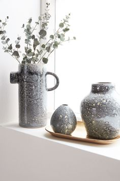 Give your flowers or plants a stylish look with a cool vase. With Pitch from House Doctor, you get a beautiful vase that is shaped as a jug. The vase House Doctor, Doctor Reviews, Grand Vase En Verre, Vase Deco, Pots, Tv Show Casting, Mirror House, Vase Design, Black Vase