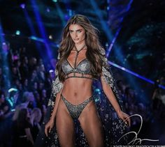 Taylor Hill walks on the 2018 Victoria's Secret Fashion Show. - Carola - Taylor Hill walks on the 2018 Victoria's Secret Fashion Show. Gigi Hadid Victoria Secret, Moda Victoria Secret, Victoria Secret Angels, Victorias Secret Models, Victoria Secret Fashion Show, Taylor Hill Style, Taylor Marie Hill, Models Without Makeup, Modelos Da Victoria's Secret