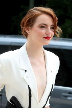 Emma Stone just seems like one cool chick. I love her acting, her wit, and her hair. Emma's style is as memorable as the Actress Emma Stone, Stone Pictures, Actrices Hollywood, Grunge Hair, Hollywood Actresses, Hollywood Life, Beautiful Actresses, Foto E Video, Redheads
