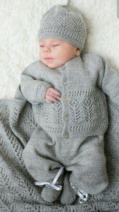 Vi har fått inn nye varer i nettbutikken, både hefter og ga Baby Boy Knitting, Knitting For Kids, Baby Knitting Patterns, Baby Patterns, Knitted Baby Cardigan, Knit Baby Sweaters, Knitted Baby Clothes, Baby Barn, Baby Layette