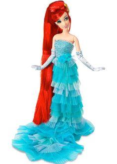 Foi lançada esses dias a Disney Princess Design Collection, uma linha de itens limitados das princesas Disney. Os principais itens da coleção são bonecas artesanais, cujos looks foram recriados pra serem mais luxuosos (foram feitas só 8.000 unidades de cada princesa). Até a Pocahontas ganhou um vestido longo! As ilustrações ficaram maravilhosas, já as roupas das bonecas ficaram com cara de roupinha que vende em banca de feirinha de artesanato!...