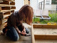 9χρονη χτίζει από το μηδέν ξύλινα σπίτια από παλέτες για άστεγους!  thetoc.gr