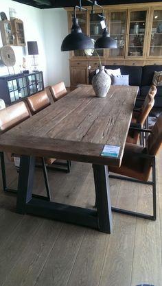Stoere tafel met stalen onderstel in de vorm van een trapezium. Deze tafel is afgewerkt met een massief eikenblad. Kijk voor meer informatie op http://www.design85.nl/industriele-tafels/