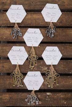 geometric seating chart with vintage keys http://weddingwonderland.it/2016/05/matrimonio-botanico-geometrico.html
