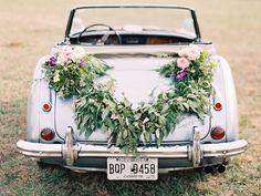 décoration voiture mariage avec une guirlande verte et arrangements de roses