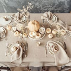 Inspiring Thanksgiving Table Settings With Mr. Bowl Ceramics Dinnerware. Thanksgiving just around the corner, it's the perfect time to start planning your dinner table set-up. Find ceramic paltes for simple Thanksgiving table setting. Photo and styling: CozyLinen (IG:cozy_linen) #Thanksgiving #Thanksgivingtablesetup #Thanksgivingtablesetting Thanksgiving Plates, Thanksgiving Table Settings, Thanksgiving Tablescapes, Thanksgiving Decorations, Thanksgiving Ideas, Christmas Decorations, Holiday Decor, Ceramic Tableware, Ceramic Bowls