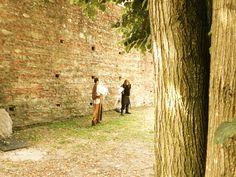 La figlia illegittima di Bernabò è desiderata morta da troppe persone del castello… Chi sarà stato? Teatro lavori in corso si tinge di mistero al Castello di Carimate...