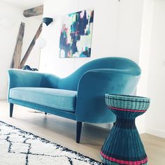 Mélange des styles avec ce canapé Gran piano de la marque @Gubi , tapis Berbère Beni Ourain, tabouret @maisonsarahlavoine pour @Monoprix, Liseuse du designer @michaelanastassiades @flos, toile de l'artiste #mademoiselle2bouche. #tabouret #maisonsarahlavoine #monoprix #Gubi #sofa #blue #carpet #flos #light