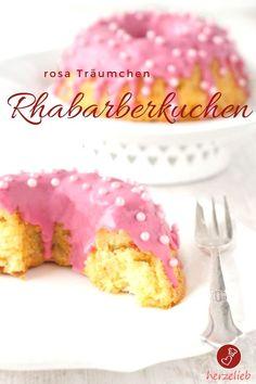 Rhabarber Rezepte, Kuchen Rezepte: Rezept für einen leckeren Rhabarberkuchen mit rosa Guss von herzelieb. Nicht nur kleine Mädchen lieben ihn. Mit diesem Rezept kannst du den Kuchen auch im Glas backen. #rhabarber #kuchen #foodblog