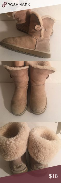 UGG BAILEY BUTTON 5803 BOOTS SIZE 8 PREOWNED GENTLY WORN UGG BAILEY BOW 5803 BOOTS IN VERY GOOD CONDITION. SIZE 8 UGG Shoes Winter & Rain Boots