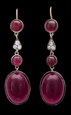 EARRINGS, CABOCHON CUT GARNETS AND RED PASTE (GLASSTONES) AND OLD CUT DIAMONDS. Silver and gold. L. 5 cm
