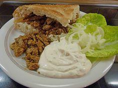 Roros Gyros im Fladenbrot mit Tzatzki, Zwiebeln und Krautsalat, ein sehr schönes Rezept aus der Kategorie Schwein. Bewertungen: 21. Durchschnitt: Ø 4,2.