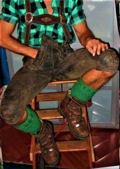 Der genießt den Aufenthalt in der speckigen Lederhose. Cute Teenage Boys, Cute Boys, Hot Men, Hot Guys, Dark Fashion, Mens Fashion, Plus Fours, Bear Men, Rugby Players
