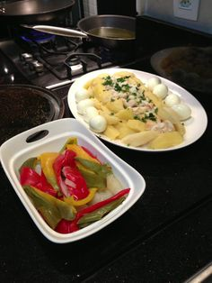 """Noite portuguesa - ingredientes para a """"Roupa Velha"""": bacalhau, batata, cebola, pimentões, ovo. Td será frito junto com bastante azeite!"""
