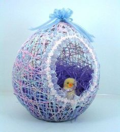 DIY Easter Basket with a balloon, string, liquid starch, tacky glue, ribbon Easter Baskets To Make, Easter Egg Basket, Easter Eggs, Easter Projects, Easter Crafts For Kids, Easter Ideas, String Balloons, Balloon Crafts, Ideias Diy