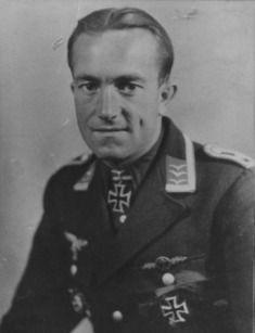 Anton Hafner es un as de la Luftwaffe al que se le atribuyen 204 victorias conseguidas durante las 795 misiones en las que participó. Combatió en el Norte de África y el frente oriental, llegando a ser condecorado con la Cruz de Caballero con las Hojas de Roble. El 18 de diciembre de 1942, tuvo [...]