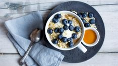 Ingredients: 100 g chopped almonds 400 ml of water 8 tbsp oatmeal 1 pinch of salt 4 teaspoons of agave syrup 250 g blueberries alternatively: other Healthy Drinks, Healthy Recipes, Breakfast On The Go, Convenience Food, Superfood, Food Inspiration, Oatmeal, Clean Eating, Good Food