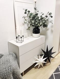 If you want to approach the Christmas time calmly, na_dean has a simply beautiful decoration idea! Discover even more home ideas on COUCH … - New Deko Sites Farmhouse Style Furniture, Farmhouse Interior, Farmhouse Style Decorating, Rustic Furniture, Farmhouse Decor, Furniture Design, Lantern With Fairy Lights, Couch Furniture, Floor Decor