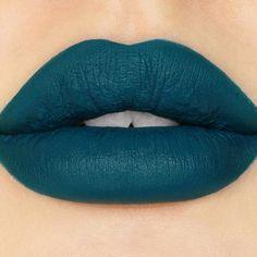 U4EA labial mate en tono azul verdoso oscuro súper saturado.  #CrueltyFree #Labios #Lipstick #Sugarpill